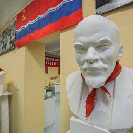 Lenini kuju ja ENSV lipp Sillamäe kultuurikeskuses. Omal ajal meie elu igapäevane osa