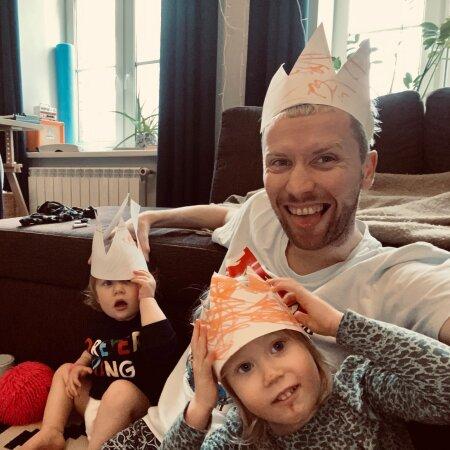 BIIT KÄIMA JA RINGTANTSULE: Indrek Spungin koos tütarde Sienna Adele (vasakul) ja Sophia Laureniga.