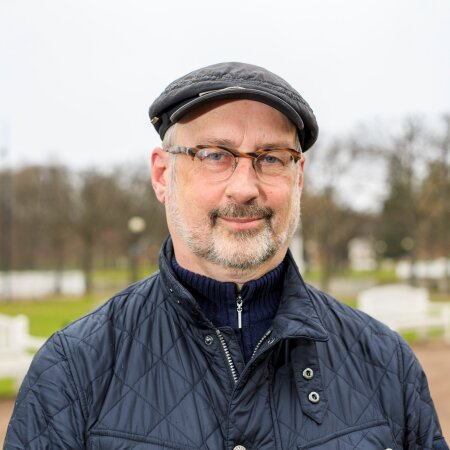 Jaak Jõerüüt on kirjanik, luuletaja ning endine diplomaat ja poliitik.