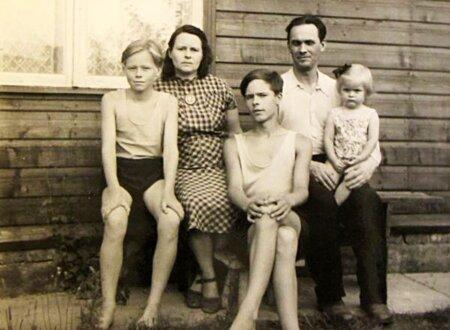 PÕLDMÄED ELVAS 1957: Alo, ema Aino, vend Jaak, isa Rudolf ja õde Mare poolteist aastat pärast asumiselt naasmist.