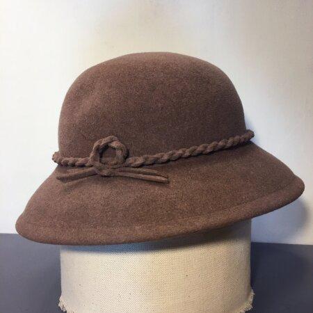 Jänesevildist kübara sai Liis Kalda oma tädilt, kes polnud seda juba aastaid kandnud. Kübara serva olid veidi närinud koid.