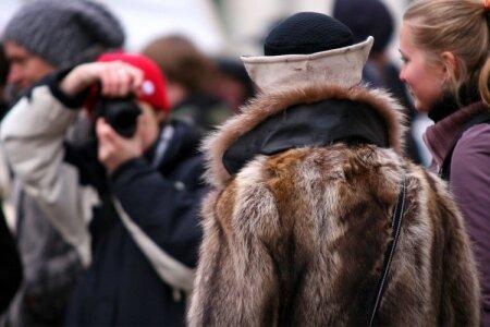 """Laupäeval toimus Tallinna kesklinnas karusnaha vastane meeleavaldus, mis pani proovile paljude poodnike närvid. Demonstrandid edastasid lendlehtede, loosungite, valjuhääldite ja lihtsalt valju hääle abil sõnumeid """"Ära kanna karusnahka"""", """"Karusnahk on mõrv"""", """"Karusnahk  elas"""" ja """"Surnud loom ei kaunista"""". Iga teele jääva karusnahakaupluse ees seisatus rongkäik umbes 15 minutiks. Meeleavaldajate seas oli ka karusnaha pooldajaid - vastavasse kasukasse mähitud Anu Aaremäe oli kohal, et väljendada om ..."""