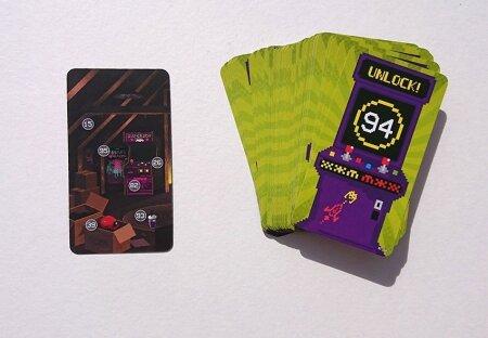 """""""UNLOCK"""": Mäng algab esimese kaardi ümberpööramisega. Iga number, mis kaartidel näda, lubab omakorda avada sama numbriga kaardi."""