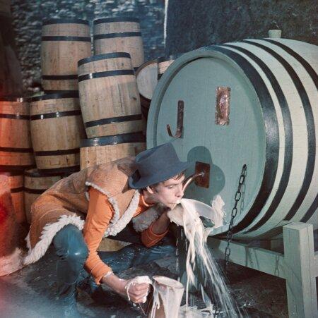 """DON JUAN TALLINNAS"" (1971): Arvo Kruusemendi filmi maiustab õllega Don Juani teenrit kehastav Florestino (Lembit Ulfsak)."