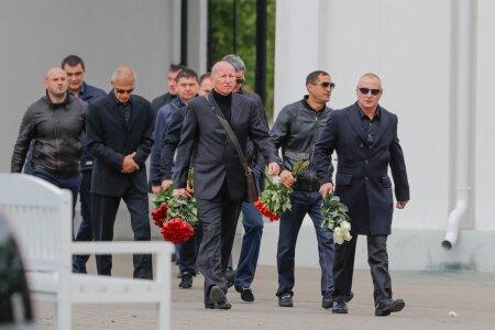 Gulevitš (keskel, õlakotiga) Nikolai Tarankovi matusel.