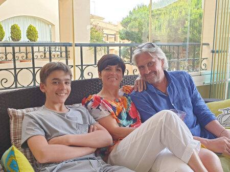 Анна Леванди на отдыхе с сыном Алертом и мужем Алларом.