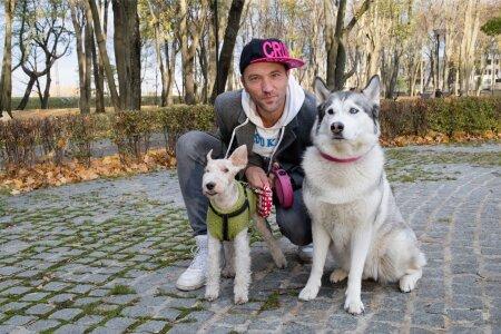 Bert Pringi oma kahe lemmiku, 12-aastase varjupaigast võetud foksterjeri Maxi ja kaheksa-aastase haski Bocaga Kalamaja pargis jalutamas