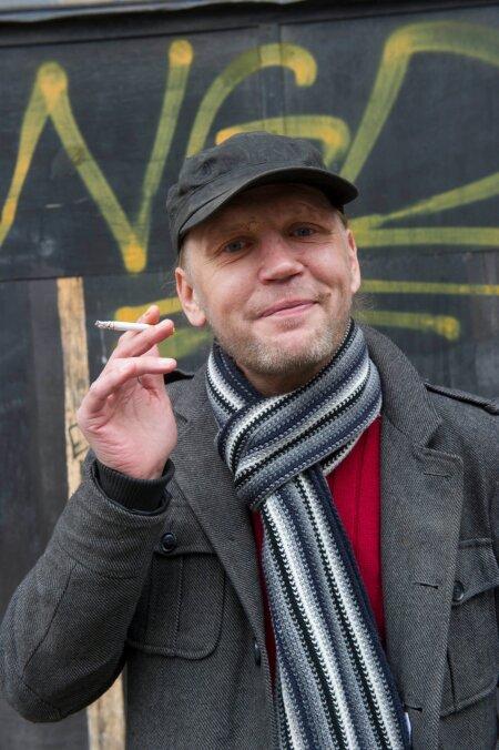 """MARKO JA SIGARET: Marko Mägi aastal 2014 poseerimas Eesti Ekspressi rubriigis """"Elu ühes päevas"""" ilmunud loo tarbeks. """"Mulle meeldib kušetil vedeledes lakke vahtida, suitsetada ja mõtiskleda,"""" rääkis Marko loo autorile Madis Jürgenile."""