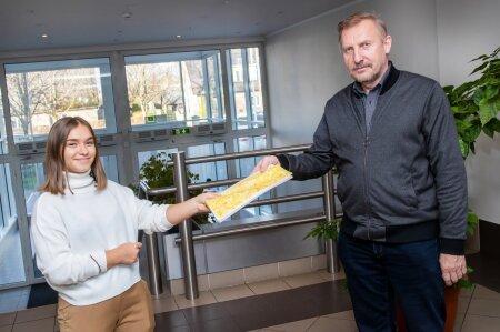 Abiturient Eva Mihkelson algatas Kuressaare gümnaasiumis mitmesaja allkirjaga pöördumise, milles nõutakse veganitoidu lisamist koolisöökla menüüsse. Kooli juhtkond, ka õppealajuhataja Maidu Varik on lubanud ideed kaaluda.