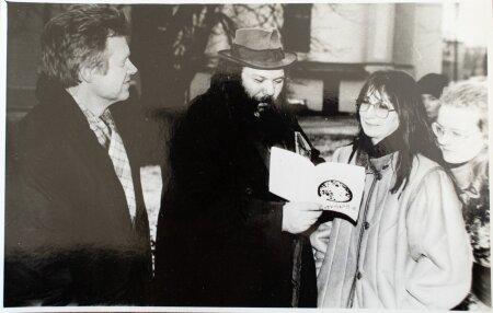 """TEGIJAD: Matti Milius (vasakult teine) ja Mariina Mälk (vasakult kolmas) saate """"Milius künkal"""" võtetel aastal 1990."""