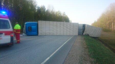 Tallinna–Pärnu maanteel läks kummuli elektroonikakoormaga veok