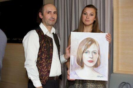 Художник с руководителем благотворительной организации Lootus sinuga.