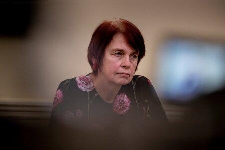 Irja Lutsar valitsuse pressikonverentsil.