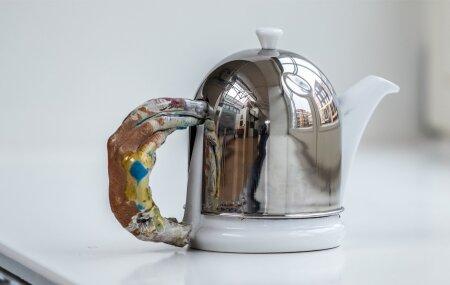 Teekannu purunenud sanga parandas ära keraamikudiplomiga kunstnik Kris Lemsalu. Katkisest nõust sai hoobilt kunstiteos.