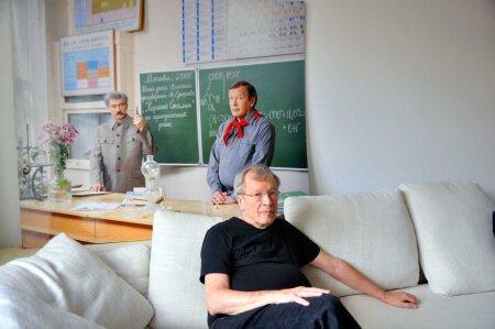 """Hea Stalin: Kirjanik oma kodus. Tema selja taga paistab spetsiaalselt raamatu """"Hea Stalin"""" – mis räägib Jerofejevi lapsepõlvest – ilmumise ajaks tehtud kollaaž."""