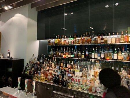 JUUA JAGUB: HON Circle´i baarilett uhkustab üle 130 viski ja veel sama suure hulga veinidega, suitsetajate tarvis on avar Cigar lounge.