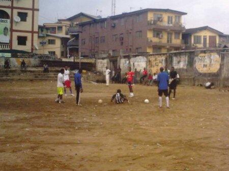 Noh, Pohlak, võtad? Hiljuti said Eesti jalgpalliklubid kirja kelleltki Nimotallah Onibudolt, kes esitles end kui Nigeeria jalgpalliakadeemia treenerit. Kaasas oli ka ports pilte, ühel treenib tema võistkonna väravavaht.