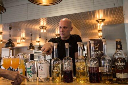 """""""Kui mingi asi on Rootsis trendiks saanud, kulub sellel aasta, et jõuda Ahvenamaale, ja kolm aastat, et sealt Soomesse jõuda,"""" on Åland Distillery maitsete meister Viktor Falander veendunud."""