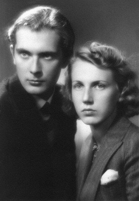 Яан Кросс и Хельга Педусаар поженились в 1940 году, но в 1949 году были вынуждены развестись из-за политического давления. Тем не менее, Хельга Педусаар продолжала переписываться с Яаном Кроссом, который присылал ей из Сибири наброски и стихи из своих пьес.
