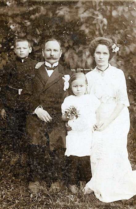 PEREKOND KRIMMID: Väike Aino koos isa Aleksandri ja ema Liisaga, kes olid Kadrina Hariduse Seltsi kauaaegsed eestvedajad. Pildil on ka Aino vend Valter. Aino lisas hiljem oma nimele Undla, sest ta on pärit Undla vallast.