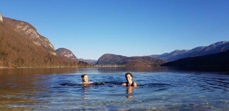Vivian Unt (vasakul) koos Õnnega Sloveenias. Siin naudivad nad pärast taliujumise MM-i Bohinji mägijärve maagilist karget ilu.