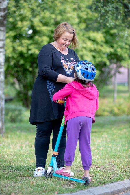 Pereema Mari aitab kiivri phe Mariele kes lheb jrgmisel ndalal 1 klassi