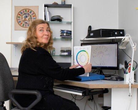Maalehe horoskoopide koostaja Taimi Uuesoo selgitab, et tänapäevane astroloog vaatab kõigepealt arvutisse ja siis Maa poole. Läbi tähtede, mis mõõdavad me aega, püüavad astroloogid seletada protsesse, mis toimuvad Maal.