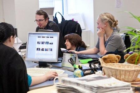 Kristo Klausson ajakirjanikke arvutihädadest välja aitamas aastal 2012