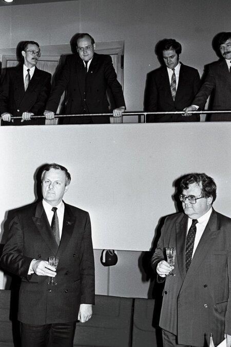 Anatoli Sobtšak ja Edgar Savisaar 1991. aasta novembris läbirääkimistel Narvas. Nende taga seisavad Vladimir Juškin, Raivo Vare, Jüri Raidla ja Hardo Aasmäe.