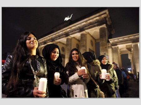 """BERLIN ALEXANDERPLATZ: Pagulaste toetuseks loodud küünaldega inimkett üritusel, mis kandis nimetust """"Valguse märk""""."""