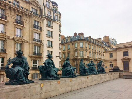 """MAAILM ORSAY EES: Muuseumi ees olevad prantsuse kujurite skulptuurid kannavad nimesid """"Euroopa"""", """"Lõuna-Ameerika"""", """"Aasia"""", """"Okeaania"""", """"Põhja-Ameerika"""" ja """"Aafrika""""."""