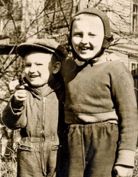 Sven (see pisike) ja praegune kolleeg kujundaja Heiki Maiberg 60 aastat tagasi.