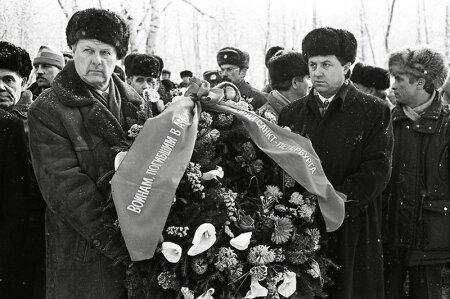"""Kooperatiivi Ozero osalised ja Sobtšaki asetäitjad valitsevad praegu Venemaad. Fotol asetavad pärast Sotši olümpiamänge """"dopinguministri"""" kuulsuse omandanud Vitali Mutko ja Sobtšak pärja suure isamaasõja monumendile."""