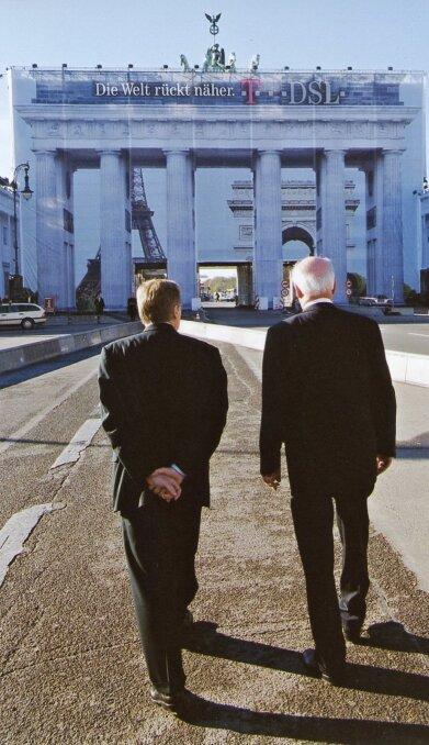 BRANDENBURGI VÄRAVAD 2000: Berliini linnapea Eberhard Diepgen ja Lennart Meri riigivisiidi traditsioonilisel peatuskohal. Väravad on remondiks kinni kaetud.