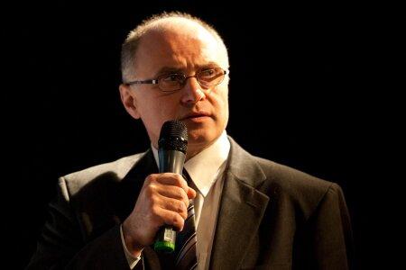 Linnateatrit alates 1992. aastast juhtinud direktor Raivo Põldmaa teatas märtsikuus, et tema enam ei kandideeri.