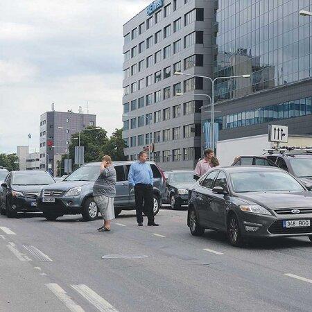 Tallinna tänavapildis annavad tooni kallid maasturid. Riik leiab nüüd, et autode maksusoodustused tuleb lõpetada.