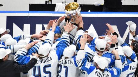 Сборная Финляндии празднует победу