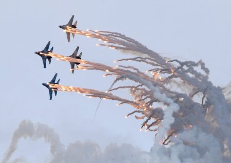 "Sukhoi Su-27 jet fighters release flares as they perform during the ""Russia Arms Expo 2013"" 9th international exhibition of arms, military equipment and ammunition, in the Urals city of Nizhny Tagil"