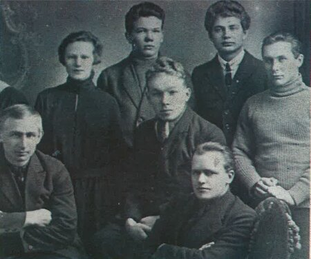 PARTEISÕDURID VÕI -IDEALISTID? Olga (vasakult teine) oma tulevaste abikaasade Johannes Lauristini (vasakult neljas) ja Hendrik Allikuga (esiplaanil keskel) 1920ndate algul.
