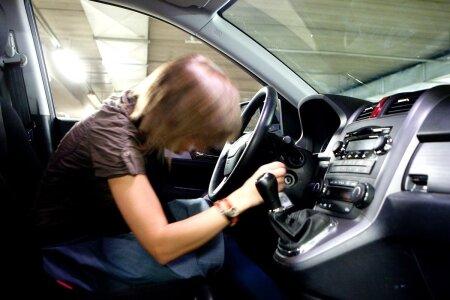 Naisjuht autot käivitamas (foto on illustratiivne).