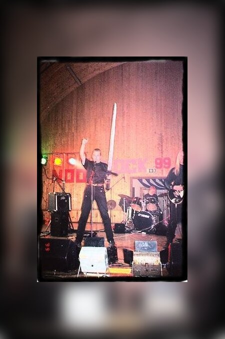 """Hetk Metsatöllu kõige esimeselt kontserdilt Valgamaal Ala külas festivalil """"Noor Rock '99"""". Puust mõõk oli tollal väga oluline aksessuaar."""