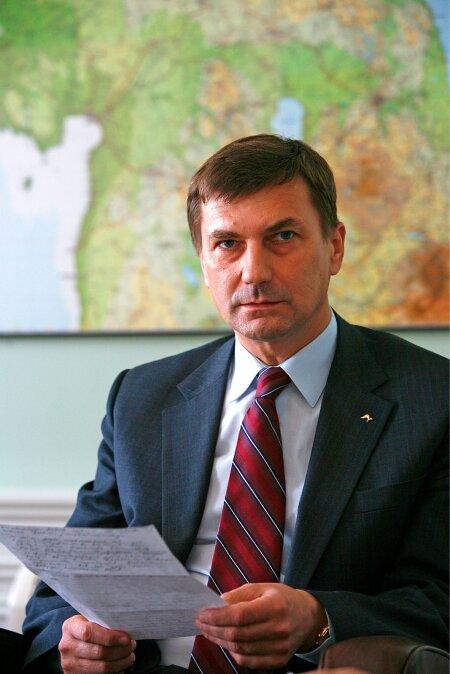 OLUKORD ON TÕSINE: Peaminister Andrus Ansip esmaspäeva õhtul oma kabinetis. Ta loeb paberit märkmetega ööl vastu reedet toimunust.