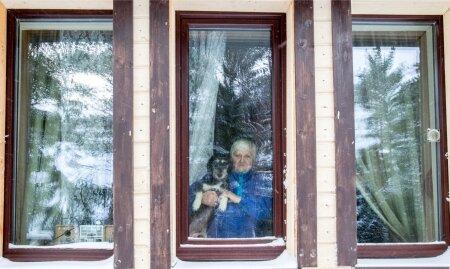 Vaike oma elupäästja koer Tommiga. Pärast Vaike kaotsiminekut on ta tütar sunnitud tööpäevil ema koju luku taha jätma ja lootma, et koju jõudes on kõik hästi.