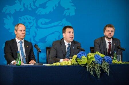 Rahandusminister Toomas Tõniste, peaminister Jüri Ratas ja tervise- ja tööminister Jevgeni Ossinovski riigieelarve teemaline pressikonverents
