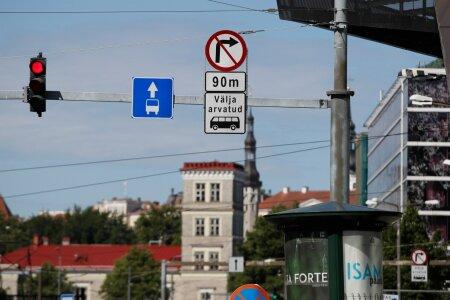 MÄRGID NARVA MAANTEE KOHAL: Need lubavad parempoolses sõidurajas liikuda ainult ühistranspordil, aga paremale Hobujaama tänavale keerata vaid bussidel, isegi mitte taksodel!
