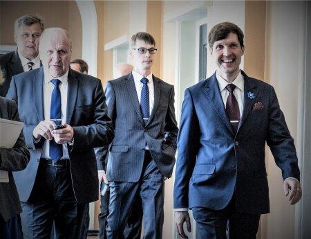 ENNE AMETIVANNET: Marti Kuusik (keskel) jõudis olla väliskaubanduse- ja infotehnoloogia minister veidi üle ööpäeva.