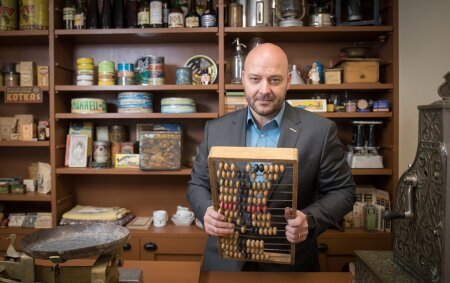 jaanus Vihand poseeriv arvelauaga firma muuseumipoes