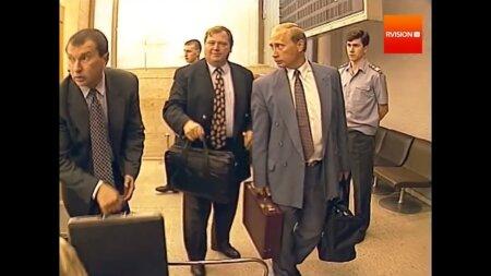 Igor Setšin (vasakul) alustas oma karjääri Putini abilise ja kohvrikandjana. Saanud Venemaa presidendiks, tegi Putin Setšinist Venemaa rikkaima mehe, andes talle üle vangistatud Hodorkovski firma Jukos varad.