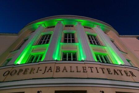 Rahvusooper Estonia värvus kriisiga võitlemise toetuseks roheliseks.