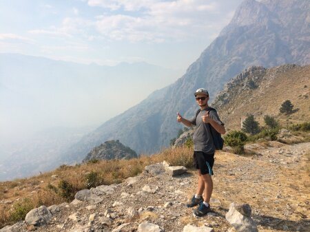 Sõber Alex ning taamal metsatulekahjust tekkinud suits, mis mattis Kotori lahe enda alla